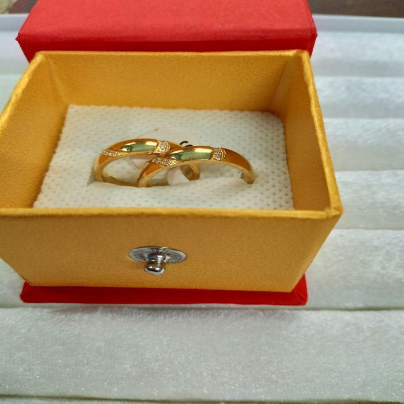 Nhẫn cặp mạ vàng Titan đính dãy đá (Cơ bản)